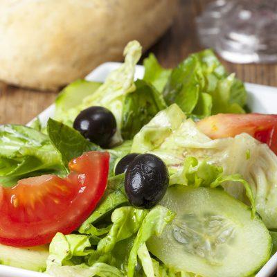 kleiner Salat mit schwarzen Oliven