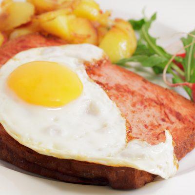 Bayerischer Leberkäs mit Spiegelei, Bratkartoffeln